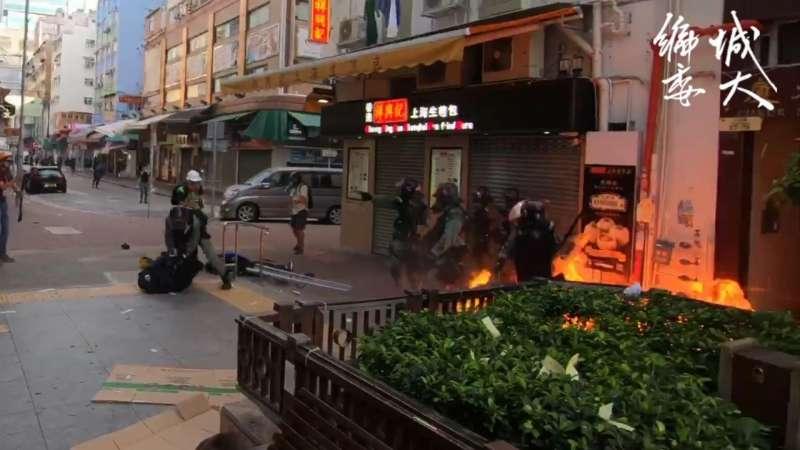實況截圖分解:警察制止其他示威者檢視傷者傷勢(香港城市大學學生會編輯委員會)