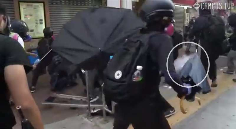 實況截圖分解:警察施放催淚彈(香港城市大學學生會編輯委員會)