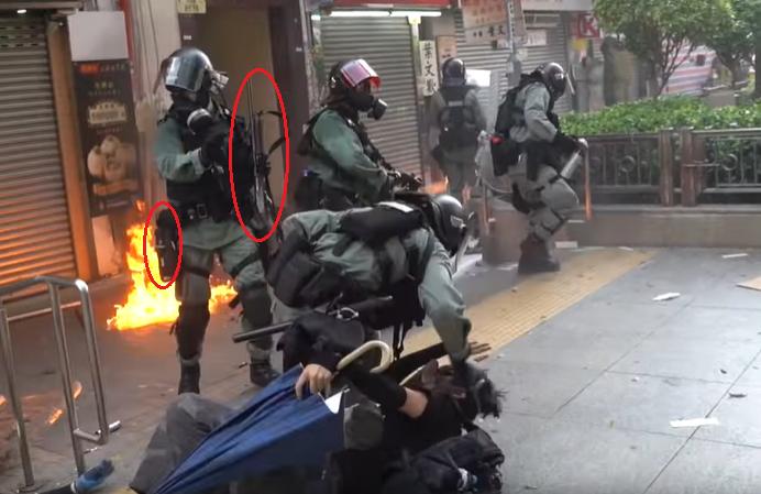 實況截圖分解:開槍員警身上配有長槍與胡椒噴霧等非致命武器。(香港大學學生會校園電視)