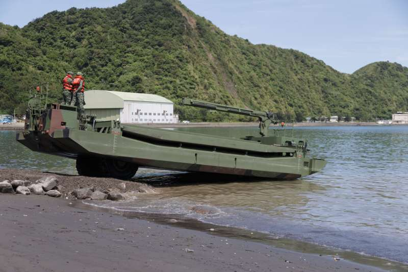 20191002-南方澳跨海大橋坍塌,陸軍M3浮門橋下水助援。(國防部提供)
