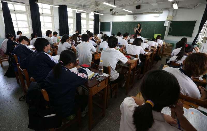 高中老師教學搭配時事,希望讓學生認識的中國不只一種角度。(林瑞慶攝)