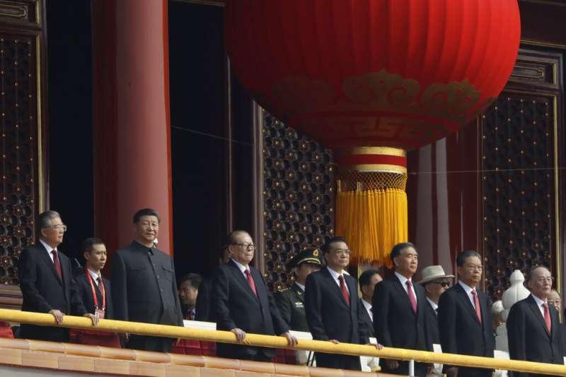 2019十一國慶、天安門城樓上的習近平與其他幾位中共中央常委。(美聯社)