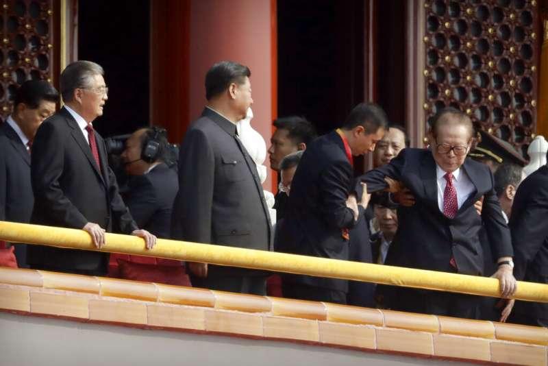 2019十一國慶大閱兵、天安門城樓上的江澤民。(美聯社)