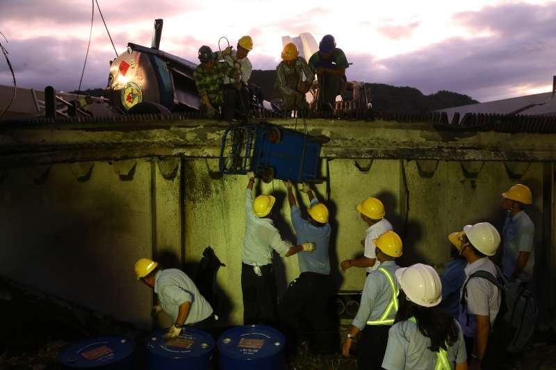 20191001-南方澳跨港大橋坍塌,中油施工同仁晚間陸續將油罐車內剩餘油料抽出。(顏麟宇攝)