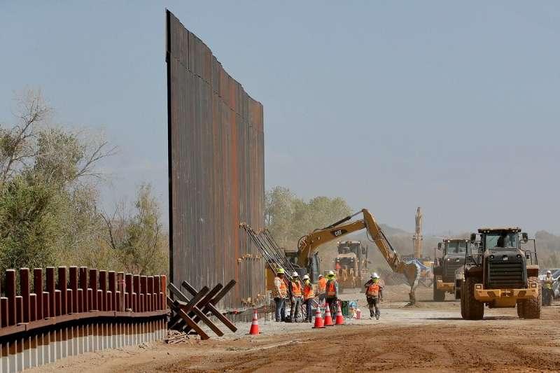 美國與墨西哥邊境,川普總統不僅渴望蓋出「美墨城牆」,更希望全面關閉邊界以打擊非法移民。(AP)