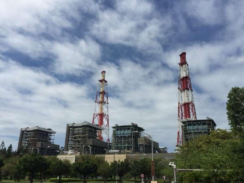 興達電廠四部燃煤機組煙囪,右為燃煤1號機、2號機煙囪,左為3號機、4號機煙囪。(圖/徐炳文攝)