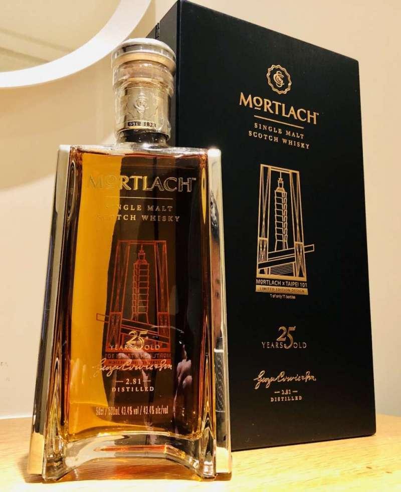 慕赫25年台北101 11週年限定版,全球限量11瓶,酒精濃度43.4%。(圖/作者提供)