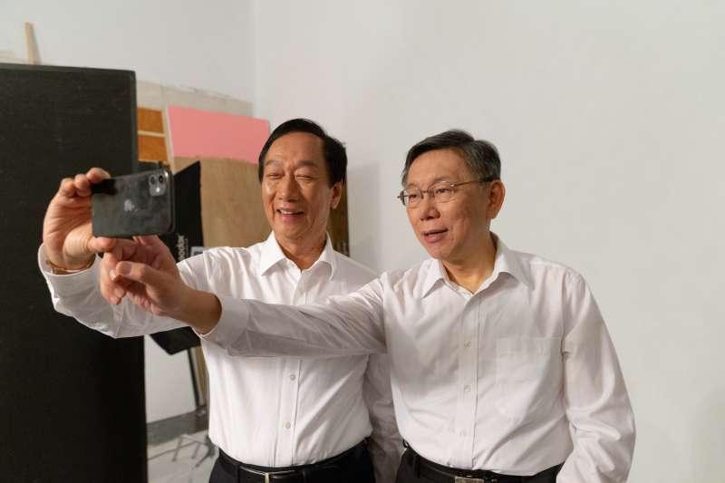 20191002-台北市長、台灣民眾黨主席柯文哲與鴻海創辦人郭台銘2日晚間合體,為子弟兵拍攝競選合照。(台灣民眾黨提供)