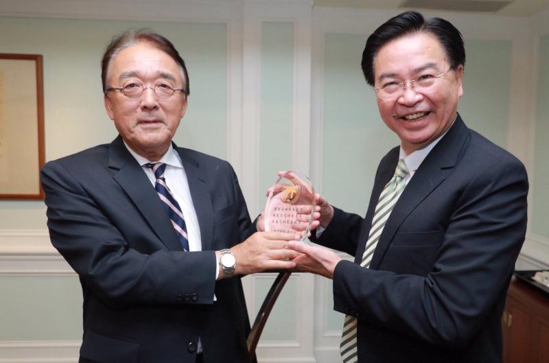 20191002-日本台灣交流協會台北事務所代表沼田幹夫(左)卸任,外交部長吳釗燮(右)致贈的紀念牌寫著「我最敬愛的大哥哥」。(取自外交部twitter)