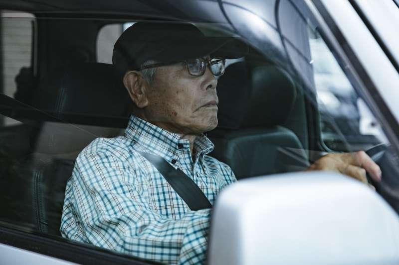 「老害」並非真的是老害,單純地製造年齡與世代對立,並無法解決事情。(圖/pakutaso)
