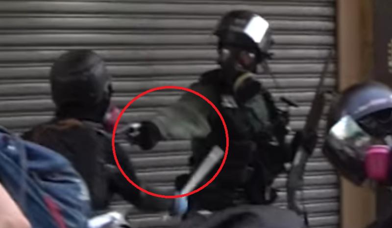 實況截圖分解:影片可見抗爭者以鐵棍擊中警察衣袖。(香港大學學生會校園電視)