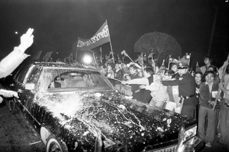因美台斷交而憤怒的臺灣示威者衝擊從華盛頓抵達臺北的美國代表團成員乘坐的黑色轎車 (1978年12月28日)。(AP)