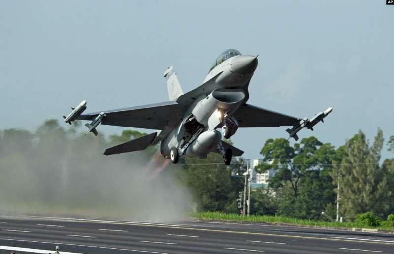 臺灣的漢光軍事演習裡,美國製造的F-16戰鬥機從公路上起飛 (2015年12月16日)。(AP)