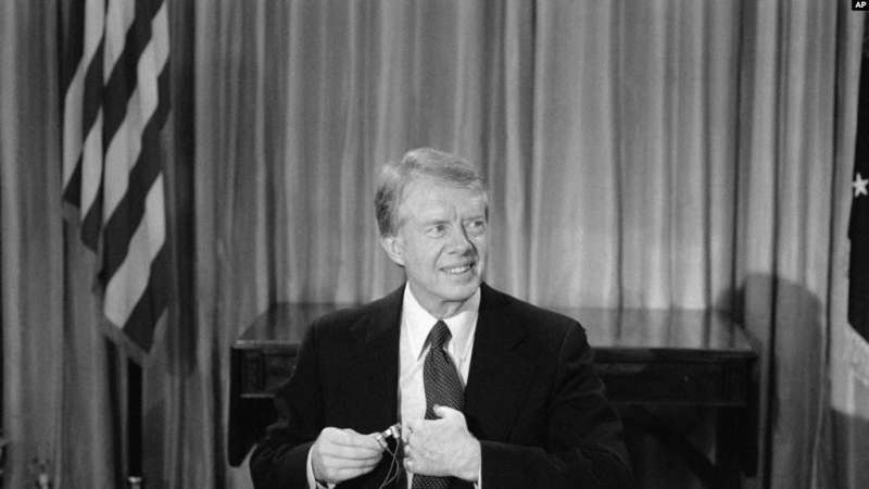 美國總統卡特在白宮橢圓形辦公室準備在電視上宣佈與北京建交 (1978年12月10日)。(AP)