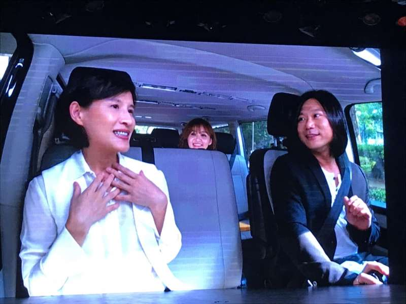 20191003-第10屆金音獎入圍名單3日公布,由五月天瑪莎(右)開車直播,沿路與文化部長鄭麗君(左)揭獎。(翻攝自金音獎直播畫面)