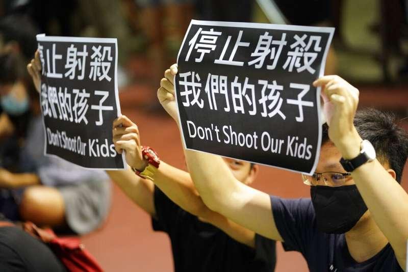 荃灣發生抗爭學生遭警察近距離射擊胸口的事件後,香港的「反送中」抗爭也紛紛聲援中槍的受害者。(美聯社)