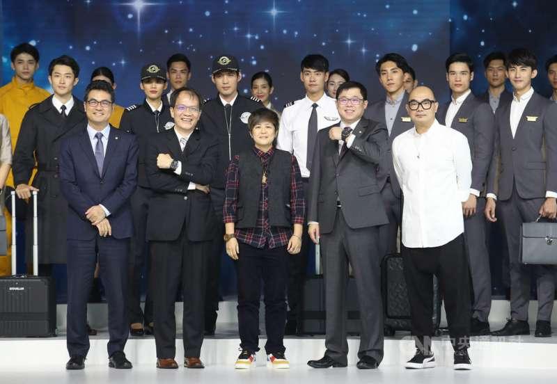明年將開航的星宇航空2日在台北舉行制服及機艙發表會,董事長張國煒(前右2)與設計師林尹培袞(前右)等人與模特兒合影。.jpg