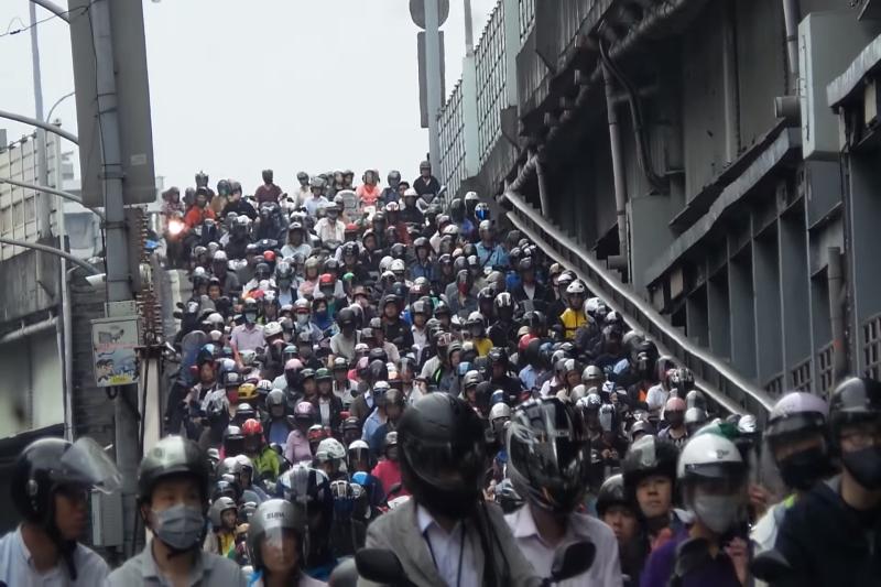 若沒有避開尖峰時段,容易被擠在車陣中。(圖/截自Youtube)