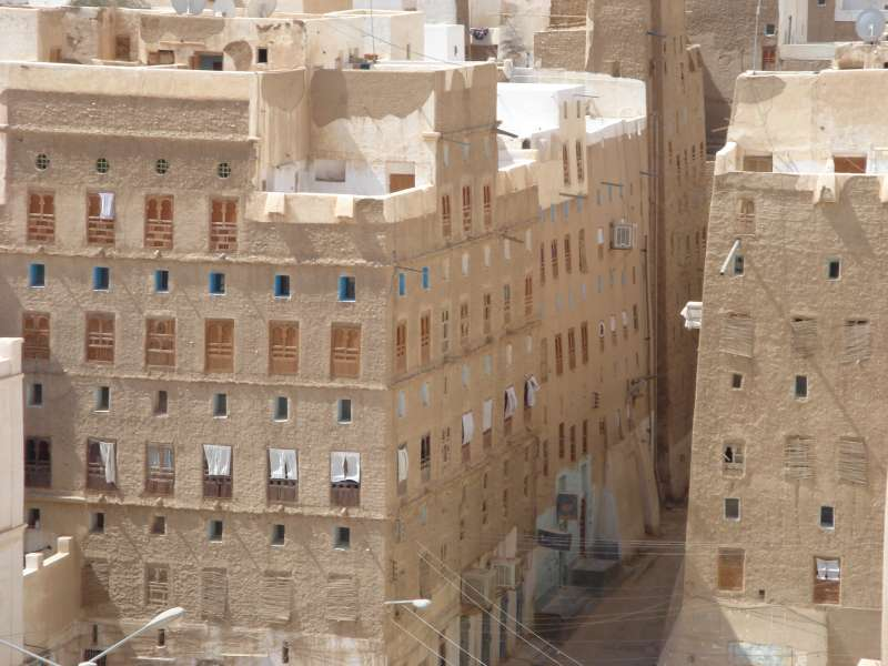 示巴姆的千年古蹟泥造大樓群,正因為葉門內戰而逐漸傾頹,約有3000人仍住在這些樓房裡。(Maria Gropa@wikipedia_CCBYSA3.0)