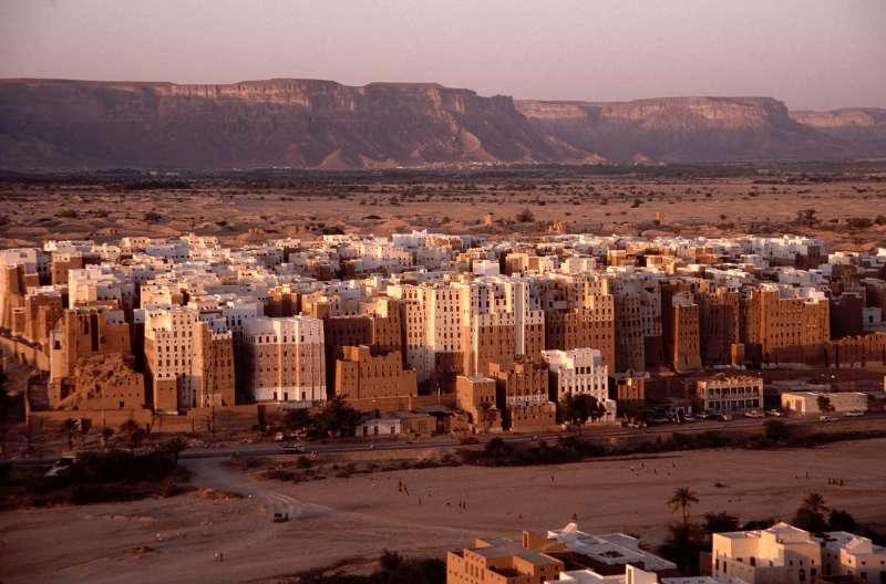 示巴姆的千年古蹟泥造大樓群,正因為葉門內戰而逐漸傾頹。(Jialiang Gao@wikipedia_CCBYSA3.0)