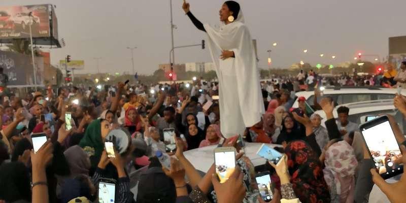 蘇丹22歲女記者Alaa Salah,被視為這次反巴席爾政權運動的標誌畫面。(圖/Twitter: @lana_hago)