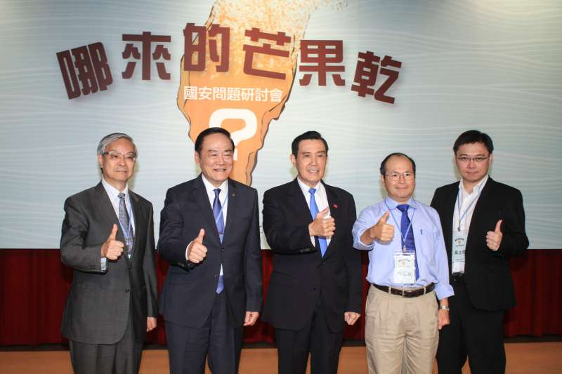 20191005-馬英九基金會舉辦「台灣的國安問題研討會」,前總統馬英九(中)與主講者合影。(蔡親傑攝)