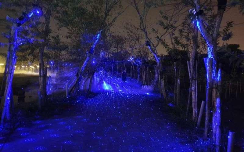 台灣設計展揭幕,打造全台第一個夜遊光體驗,讓民眾也能夜遊設計展。(圖/屏東縣政府提供)