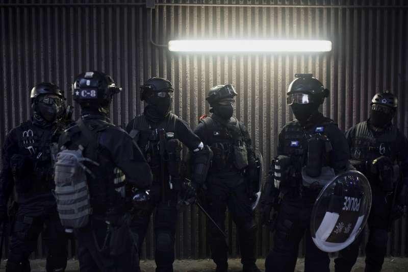 香港示威者走上街頭,抗議《禁止蒙面規例》實施,港警全副武裝上陣。(AP)