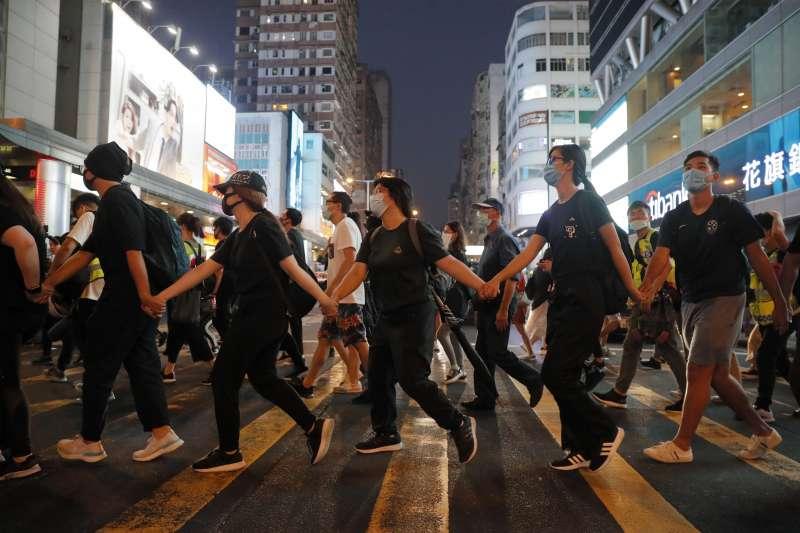 香港示威者組成人鏈,抗議《禁止蒙面規例》實施。(AP)
