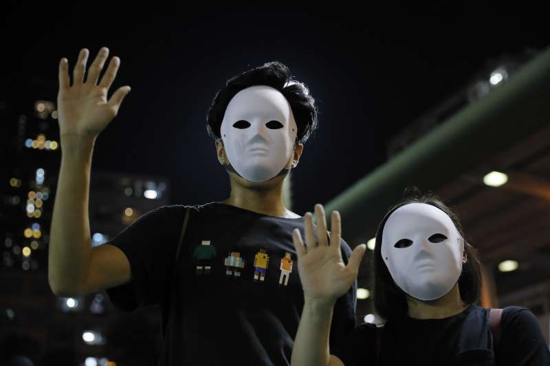 香港示威者走上街頭,抗議《禁止蒙面規例》實施。(AP)