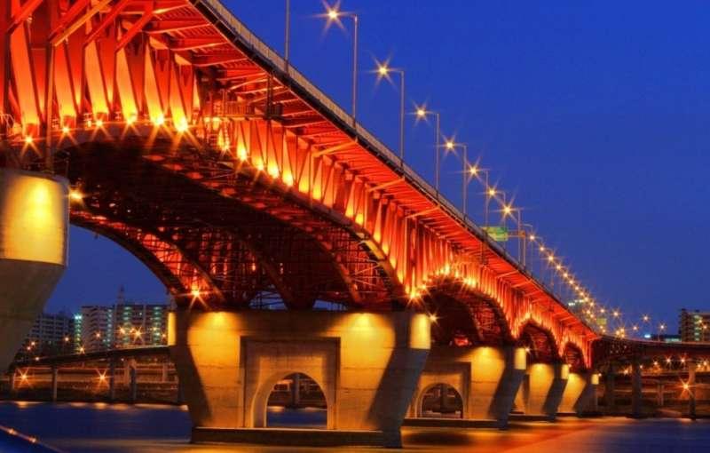 經過整修後的聖水大橋將天藍色的衍架漆成了紅色的(圖/나무위키)