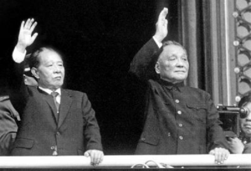 學潮因紀念胡而起,胡符號及其政治命運與鄧小平緊密聯繫。圖為1984年,中共十一國慶閱兵,胡耀邦與鄧小平在天安門城樓上。