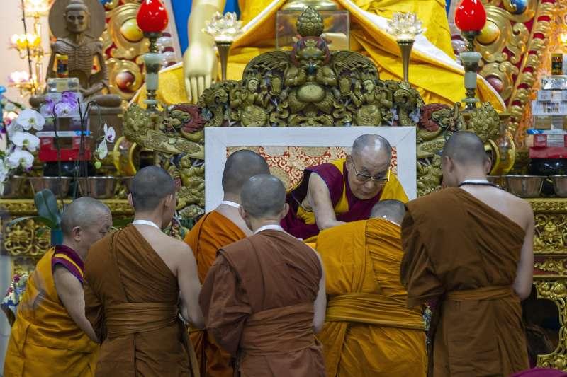 達賴喇嘛3日在台灣佛教團體邀請下,赴印度達蘭薩拉講授佛法。(美聯社)