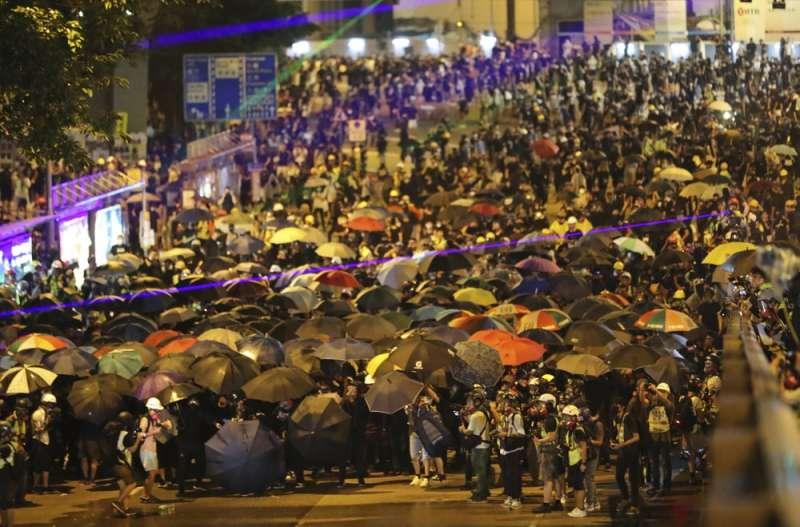 2014年香港爆發雨傘運動,雖然訴求未果卻更激起港人抗爭意識。(美聯社)