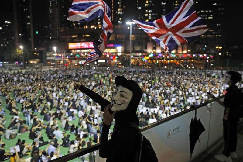 反送中活動中有民眾舉起英國國旗。(美聯社)