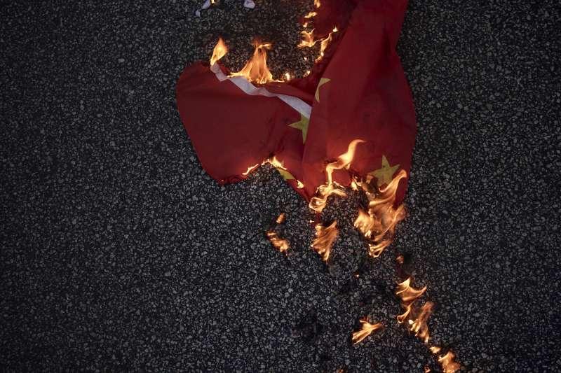 憤怒港民燒毀中國國旗。(美聯社)