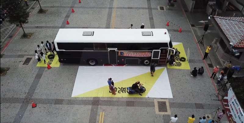 學生直接將機車停在大型車四周的死角區內,身臨其境。(台中市府提供)