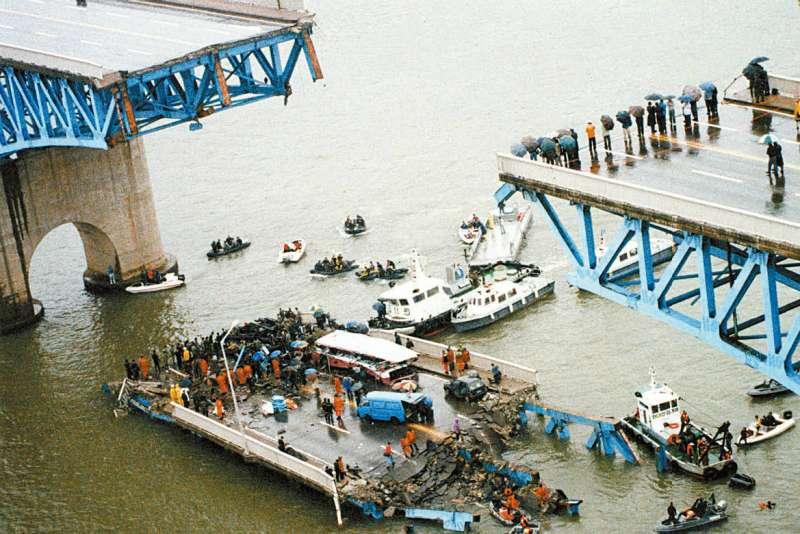 1994年10月21日的早上7點半,在運輸量最大的通勤時間,正車水馬龍的聖水大竟應聲倒塌了!(圖/維基百科)