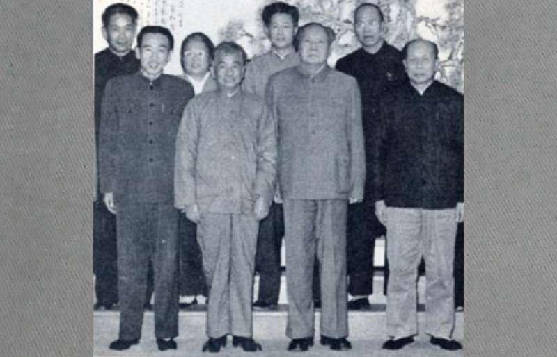1966年1月16日,趙紫陽(第二排左一)和毛澤東等人在武漢合影。(維基百科)