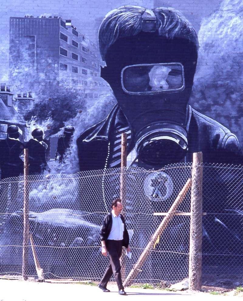 北愛爾蘭衝突的「血腥星期日」傷痛,以壁畫的型式留存德里市街頭。(林瑞慶攝)