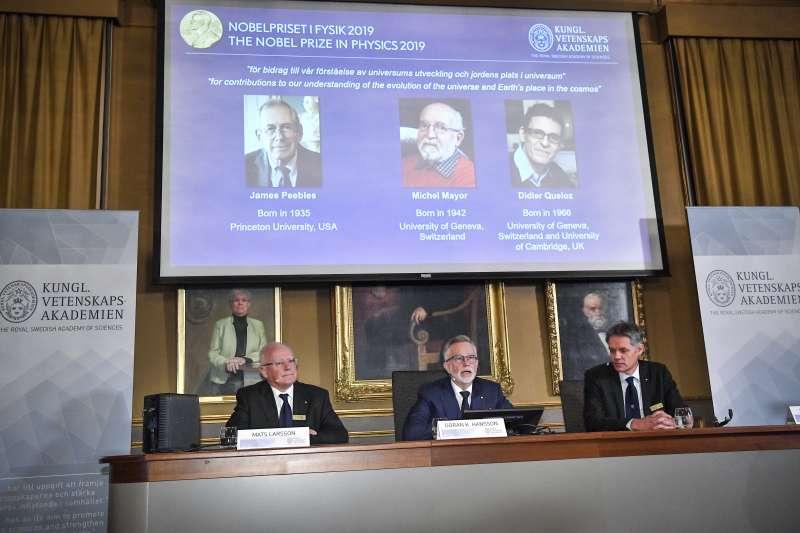 (由左至右)2019年諾貝爾物理學獎得主揭曉,由加拿大學者皮博斯、瑞士天文學家麥耶與奎洛茲共同獲得。(AP)