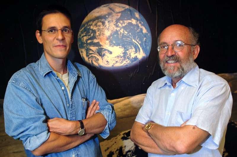 2019年諾貝爾物理學獎得主、瑞士天文學家奎洛茲(左)與麥耶(右)。(AP)