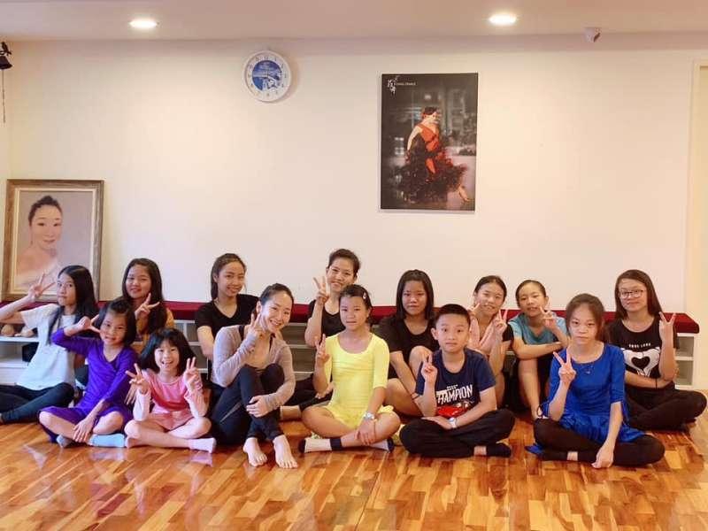 季雯華表示跳國標不分年齡,最小的學生只有幼稚園大班(圖/菲舞Flying Dance 提供)