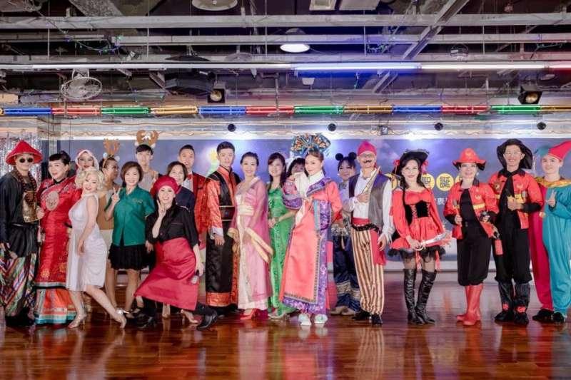 一年一度的成果展及聖誕party是菲舞教室的重頭戲,讓大家都能自在開心享受國標(圖/菲舞Flying Dance 提供)