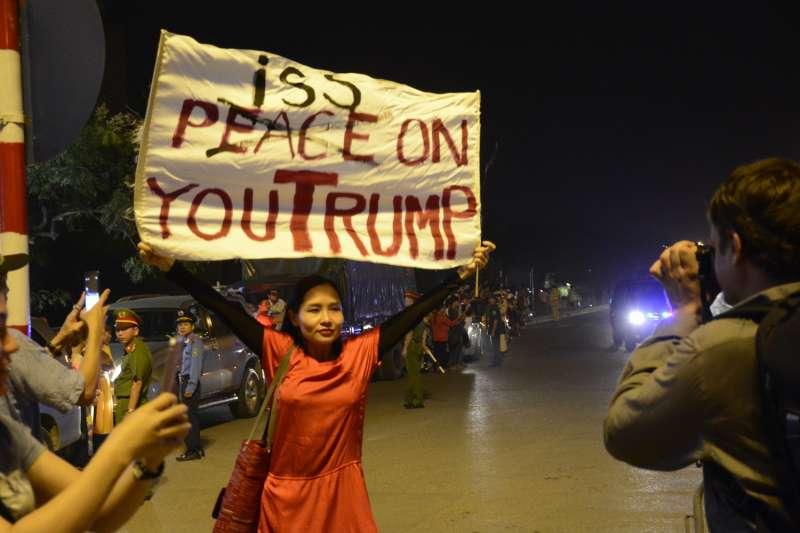 越南異議歌手杜阮玫瑰2017年舉標語抗議美國總統川普漠視越共獨裁。(取自杜阮玫瑰官網)