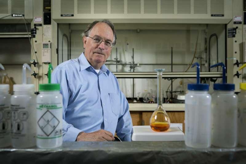2019年諾貝爾化學獎得主之一,英國學者惠廷安(M. Stanley Whittingham),以發明鋰離子電池的貢獻獲獎。(AP)