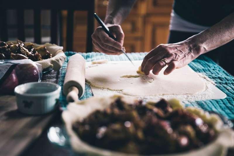 退休男性不妨試著下廚或者分攤其他家務(圖/Pixabay)
