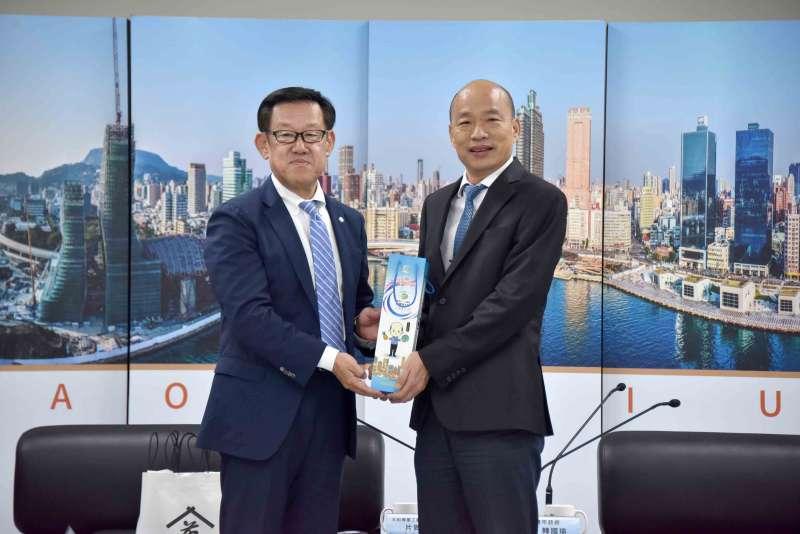 韓國瑜(右)接見該公司執行董事片岡幸和(左)。(圖/高市政府提供)