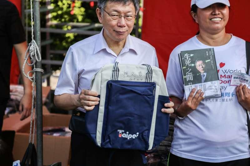 20191010-台北市長柯文哲10日出席中華民國108年度國慶升旗暨慶祝活動,並發放嗡嗡包給民眾。(簡必丞攝)