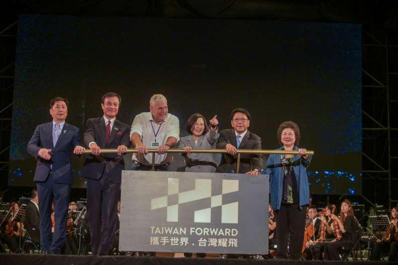 20191010-立法院長蘇嘉全10日晚間出席於屏東河濱公園舉行的國慶焰火晚會,總統蔡英文等人也與會同樂。(立法院提供)